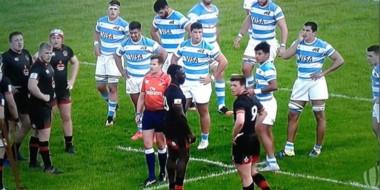 """Gonzalo en el medio de la fotografía, con los brazos """"en jarra"""". El próximo rival de Argentina será Escocia."""