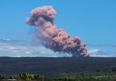 """Un gran penacho de cenizas color rosado se elevó sobre la zona y las autoridades advirtieron de una subsecuente """"inundación de lava"""", incendios, humo y nuevos sismos."""
