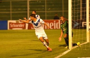 Robertone y Bouzat marcaron los goles velezanos en tierra cuyana.
