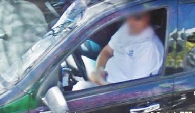 Los movimientos violentos de un vehículo remis llamaron la atención de un vecino que captó en video como su conductor se tocaba en el interior.
