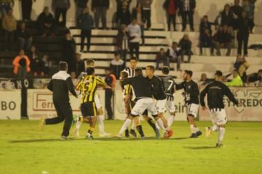 En el final hubo agresiones entre los jugadores en el Legrotaglie. (Foto: Delfo Rodríguez).