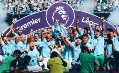 El Manchester City recibe el trofeo de campeón de la Premier League inglesa.