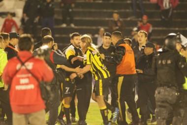 Madryn sufrió un arbitraje claramente localista y sobre el final, explotó. (Foto: Delfo Rodríguez).