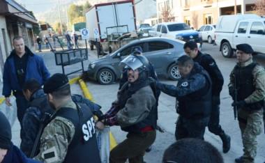 Facundo Jones Huala ingresando a los Tribunales de Esquel con un casco del Servicio Penitenciario.