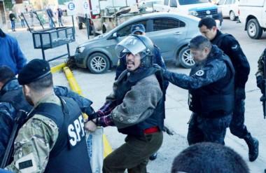 Casco. El activista mapuche llega hasta los tribunales bajo una fuerte custodia de las fuerzas de seguridad.