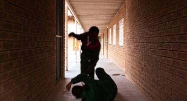 La menor le dijo al chico que lo llamaba la preceptora y lo atacó cuando salió del aula. (Archivo)