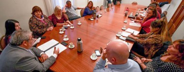 Mate y café. Una postal de la Mesa de Diálogo, que por ahora no incluye a todos los representantes sindicales pero que sin embargo avanza en intentar acordar soluciones.