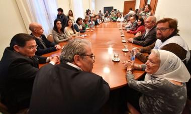 Cara a cara. Nora Cortiñas dialogó con Paz en un lugar privilegiado de la mesa de encuentros y obtuvo varias respuestas positivas.