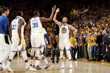 En un partidazo donde hubo decisiones arbitrales polémicas, los Warriors se adueñaron del juego inicial de la final.
