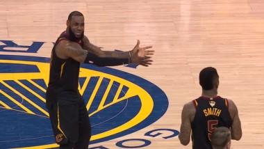 La foto del lpartido. El reclamo de Le Bron a JR Smith en el cierre del tiempo regular, falló un libre y se guardó la pelota con el marcador igualado.