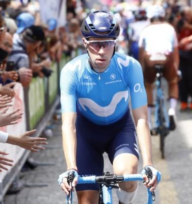 Eduardo Sepúlveda a bordo de su bicicleta, vestido y listo para competir, durante el Giro de Italia.