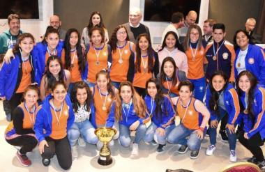 """El plantel de las """"Morenitas"""", campeón del Apertura, recibió el trofeo en la premiación de ayer en Madryn."""