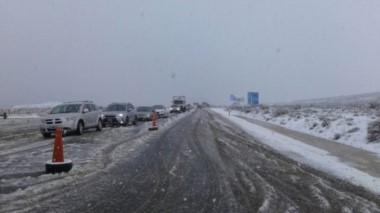 Imagen de archivo de abundante nieve sobre la ruta 237. (foto gentileza diario Río Negro).