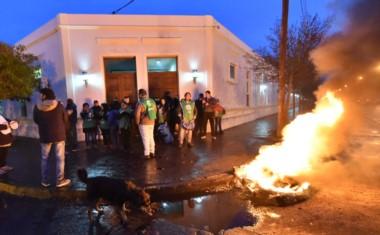 La Puerta 2 de la Casa de Gobierno con militantes de ate y fuego en la esquina. (Foto: Daniel Feldman)