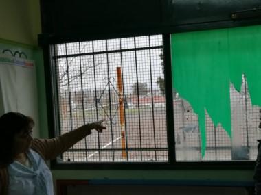 La directora muestra la rotura en la ventana ( foto @Loreleeming)