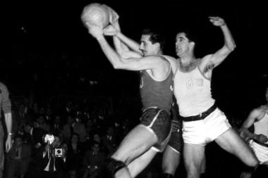 Oscar Furlong, gloria del básquet argentino y campeón del mundo en 1950 en el Luna Park, murió este lunes a los 90 años.