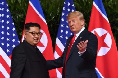 Tras el saludo, que duró varios segundos y durante el cual Trump dio una palmada a Kim en su hombro derecho, los presidentes pasaron a una sala contigua y mantuvieron una entrevista a solas de unos 45