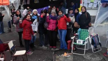 Los trabajadores de la delegación escolar de Puerto Madryn siguen manteniendo la toma del edificio.