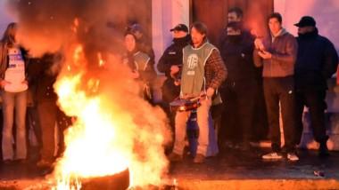 Desde temprano ayer los trabajadores estatales se manifestaron en la puerta Nº2 de Casa de Gobierno.