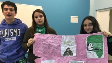 Los alumnos que hicieron el afiche en apoyo al aborto. el cartel fue tirado a la basura por el enojado docente. (Infofueguina.com)