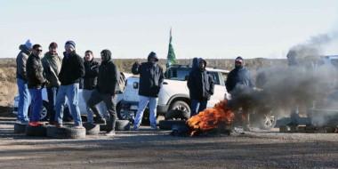 Fuego en la ruta. Una postal de la protesta sindical en uno de los accesos a Puerto Madryn.
