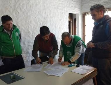 Acuerdo. La firma del acta con los trabajadores enrolados en ATE.