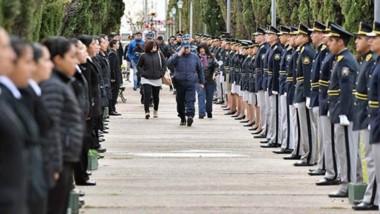 Familiares de los policías caídos y efectivos de distintas divisiones de la policía participaron del homenaje.