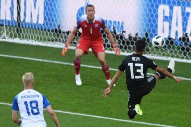 Correcto partido de Maxi Meza en su debut mundialista. Jugó 84 minutos y le cometieron un penal cuando el partido estaba 1-1.