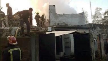 Entre las ruinas de la vivienda, que quedó totalmente destruida, había dos cuerpos calcinados, uno al lado del otro.
