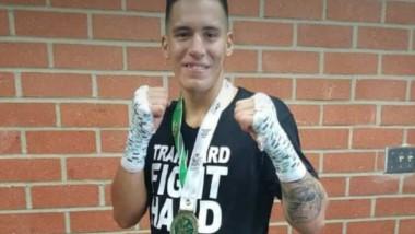 Ezequiel Matthysse luce el cinturón y la medalla como nuevo campeón.