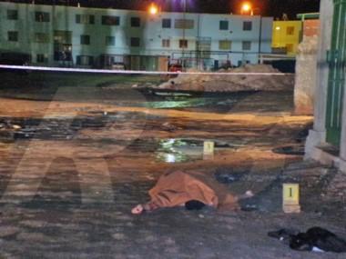 La persona fue encontrada muerta a metros del auto en llamas (foto Radio 3)