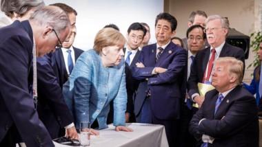 La foto más comentada de la última reunión del G-7. Trump parece empacado en sus posturas, a contramano del resto de los mandatarios, especialmente la canciller alemana.