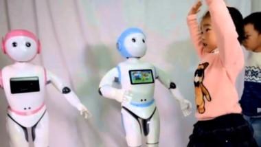 Habla dos idiomas, da clases de matemáticas, bromea e interactúa con los niños a través de una tableta electrónica en el pecho.