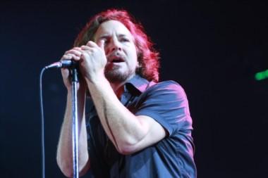La luz de la toa puede confundir pero no es Marco Antonio Solís sino Eddie Vedder...