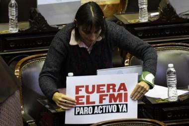 Romina del Pla acomoda un cartelito muy explícito sobre su posición sobre el Fondo.