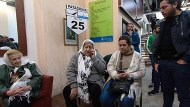 La presidente de Madres realizó una protesta en la sede de Casa del Chubut en Buenos Aires.