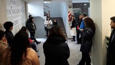 El debate de los trabajadores en los pasillos de Tribunales de Trelew.