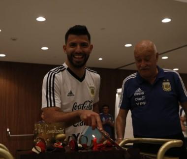Agüero cumplió 30 años a pocos días del Mundial y lo celebró con su familia y compañeros de Selección en Barcelona.