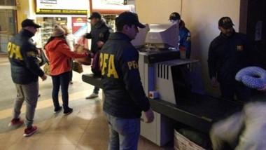 En un operativo de rutina se pudo evitar el ingreso de cocaína que un individuo traía entre sus pertenencias.