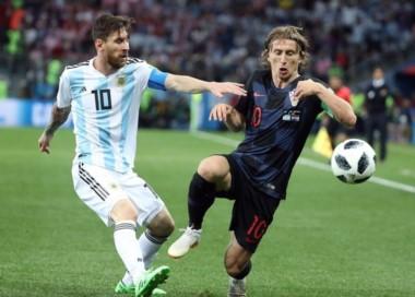 Croacia no ha permitido que Messi se involucre en el juego. El árbitro ha dejado que se peguen, perdonando tarjetas.
