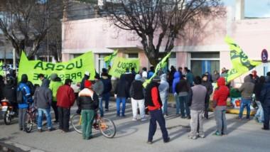 Reclamo. Una postal del grupo de desempleados de la UOCRA que exige respuestas de la Municipalidad.