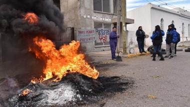 Fuego. La protesta llevada a cabo por los trabajadores de la Dirección General de Obras Públicas.