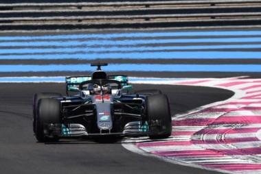 Hamilton obtuvo la pole en Le Castellet, donde Valtteri Bottas completó un 1-2 de Mercedes y Sebastian Vettel se ubicó tercero.
