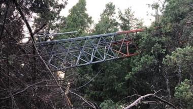 La antena cayó luego de que  los violentos cortaran los alambres tensores que la sostenían.