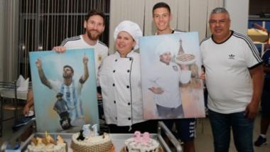 Postal completa de los cumpleañeros del día junto a Tapia: Messi, el juvenil Nehuén Pérez y la chef Antonia.