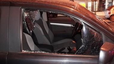 El cristal del automóvil destrozado. El de un local comercial también.