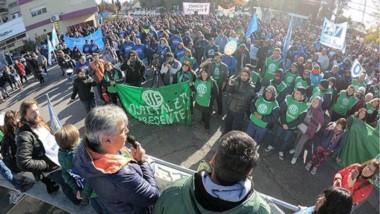 Una gran cantidad de trabajadores se congregó ayer en Rawson plegándose a las medidas de fuerza.