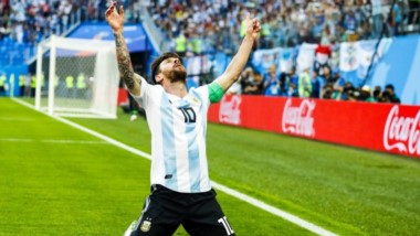 Messi siempre le dedica los goles a su abuela, de pie. El de hoy tiene algo especial, se saca la presión, lo hace de rodillas y hasta ahora está llevando a Argentina a 8vos.