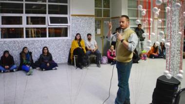 La asamblea se inició luego de que llegaran de Rawson varios alumnos. Habló Ariel Aschenmacher, el vice.