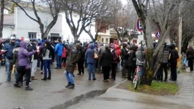 Presencia. Pese al frío los docentes fueron al parlamento municipal para hacer escuchar su protesta.